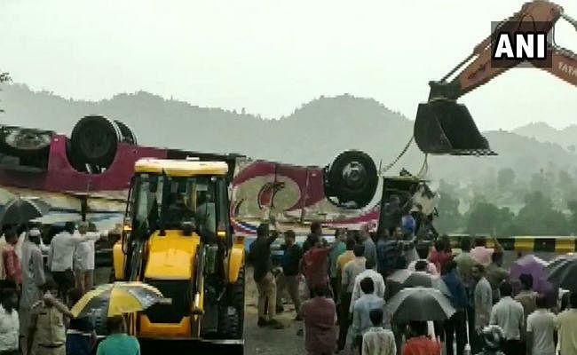 गुजरात में बस दुर्घटनाग्रस्त, 21 लोगों की मौत; PM मोदी दुख जताया