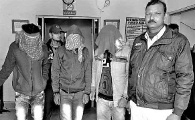 हथियार के  बल पर महिला पुलिसकर्मी से की छिनताई