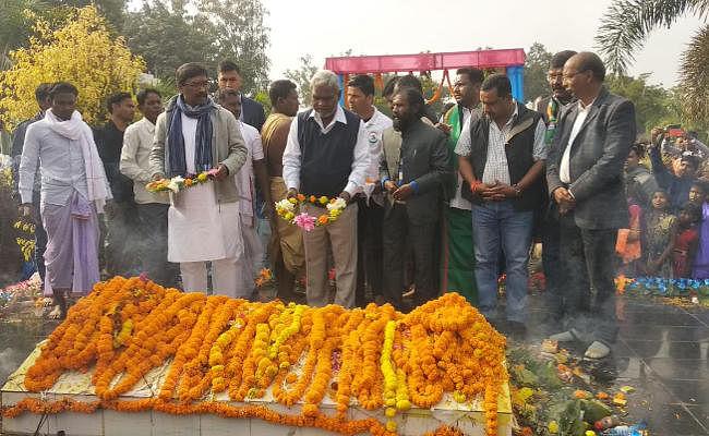 झारखंड के मुख्यमंत्री हेमंत सोरेन ने खरसावां में शहीदों को दी श्रद्धांजलि, अर्जुन मुंडा व अन्य विधायक भी पहुंचे