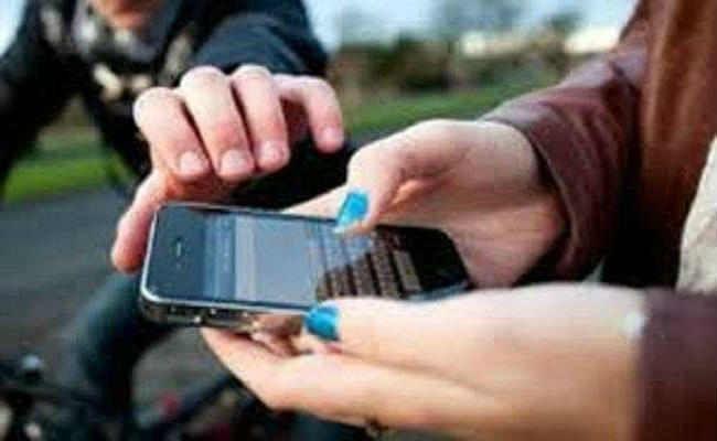 फोन छीन कर भाग रहा आरोपी पकड़ाया, छह मोबाइल भी मिले