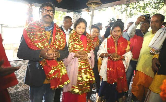 मुख्यमंत्री हेमंत सोरेन ने सपरिवार रजरप्पा मंदिर में की पूजा-अर्चना, राज्यवासियों के लिए मांगी समृद्धि
