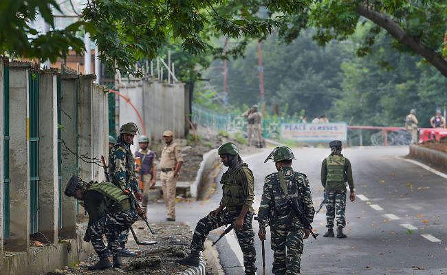 श्रीनगर में सीआरपीएफ के जवानों पर आतंकवादियों ने फेंका ग्रेनेड, कई वाहन क्षतिग्रस्त