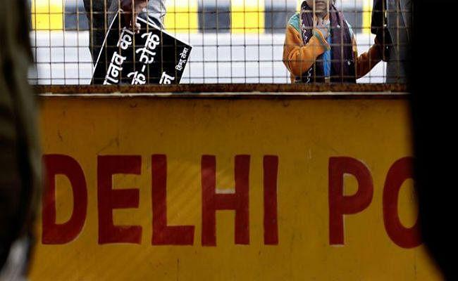 चुनाव से पहले चुस्त हुई पुलिस: दिल्ली में नहीं थम रहा अवैध शराब, नकदी और हथियारों का दौर