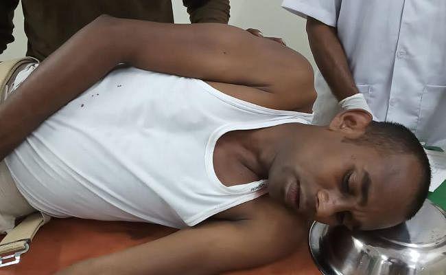 धारदार हथियार से भाई-भाभी की हत्या करने वाले आरोपी ने पुलिसकर्मियों पर भी कर दिया हमला, एक गंभीर