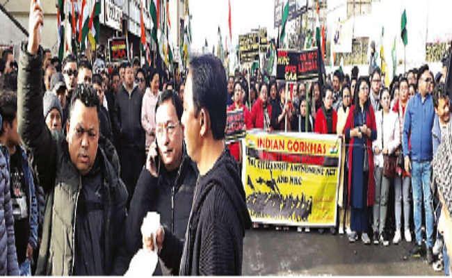 सीएए व एनआरसी का विरोध : कर्सियांग से दार्जिलिंग मोड़ तक निकाली पदयात्रा