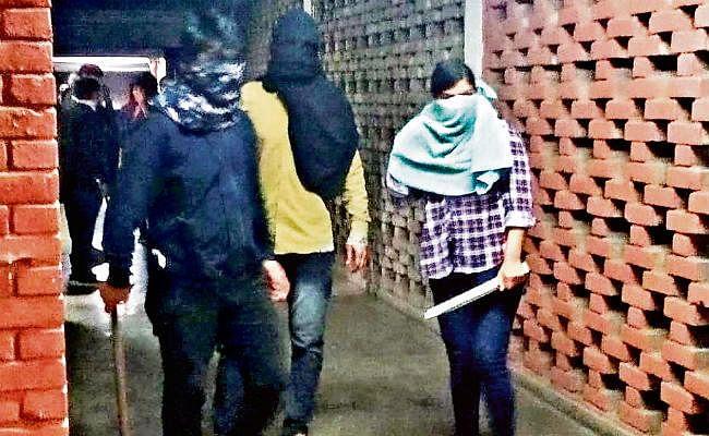 नकाबपोशों ने JNU में शिक्षक और छात्रों को पीटा, 18 घायल एम्स में भर्ती, वाम छात्र संघ व ABVP एक-दूसरे पर लगा रहे आरोप