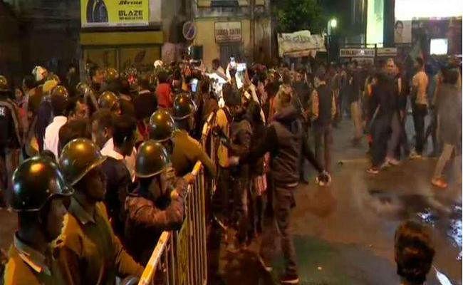 जादवपुर विवि पहुंची जेएनयू की आंच, भीड़ को तितर-बितर करने के लिए पुलिस का लाठीचार्ज