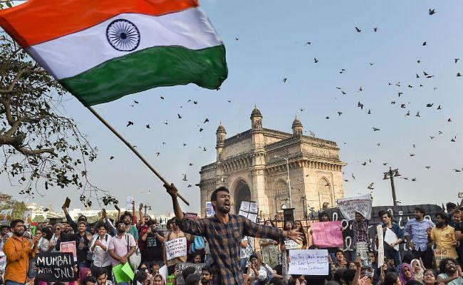 जेएनयू हमला: गेट वे ऑफ इंडिया पर रातभर चला प्रदर्शन, गूंजे 'सरफ़रोशी की तमन्ना'' जैसे गीत