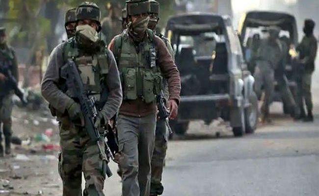 जम्मू-कश्मीर: सुरक्षाबलों और आतंकियों के बीच गोलीबारी, एक आतंकी ढेर, हथियार बरामद, सर्च ऑपरेशन जारी