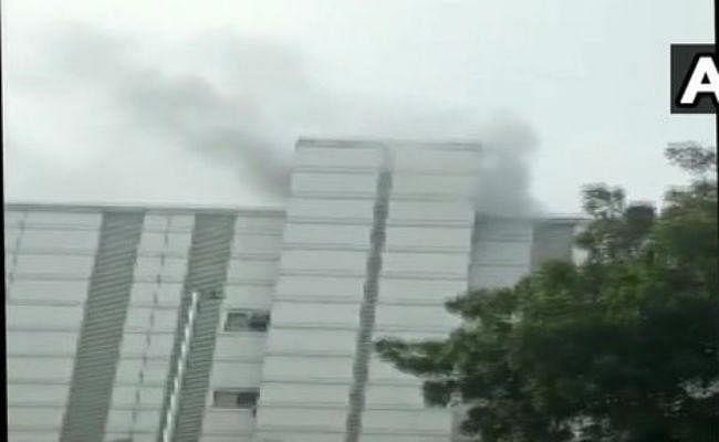 IN PICS: नोएडा के ईएसआई अस्पताल में लगी आग, निदेशक बेहोश, मची भगदड़