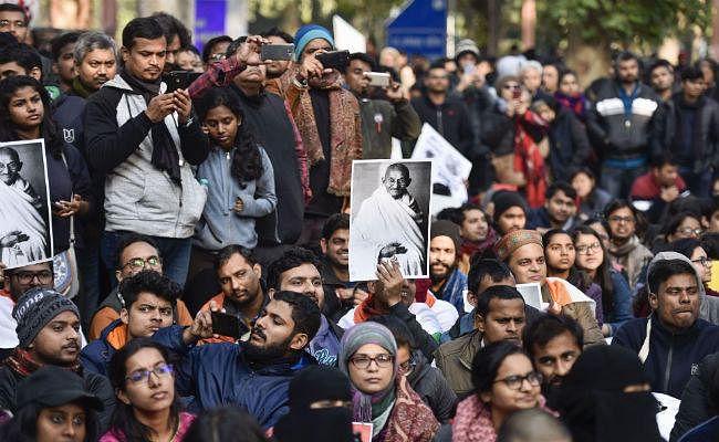 राष्ट्रपति भवन की ओर मार्च कर रहे जेएनयू छात्रों को हिरासत में लिया गया, लाठीचार्ज