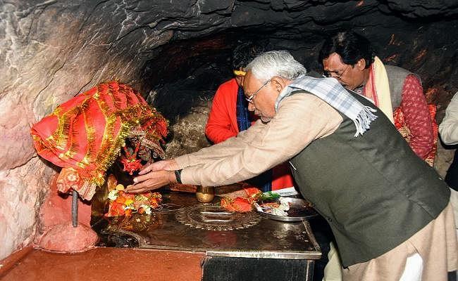 CM नीतीश ने मां चंडिका स्थान में माथा टेका, मंत्री शैलेश के घर खायी रसमलाई