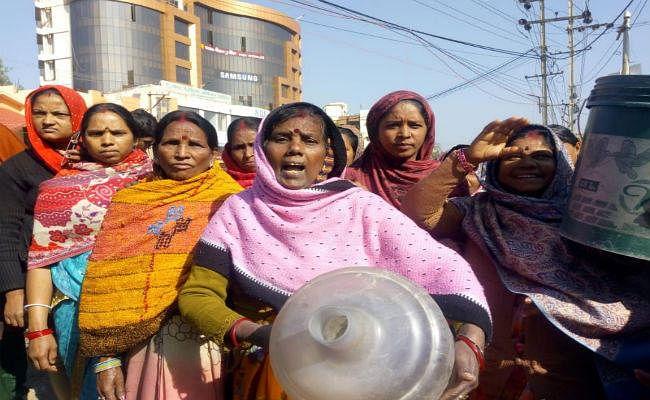 #Ranchi: रविदास मोहल्ले में पानी की किल्लत, विरोध में एक घंटा तक कांटा टोली चौक को किया जाम