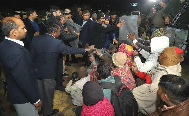 Ranchi : रात में सड़कों पर निकले CM हेमंत सोरेन, गरीबों के बीच बांटे कंबल व ऊनी कपड़े
