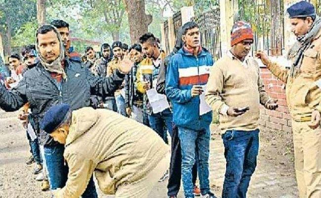 बिहार सिपाही भर्ती परीक्षा: सेंटर पर हंगामे के बीच OMR सीट लेकर भागे 14 अभ्यर्थी, परीक्षा वीक्षक पर नकल कराने का लगा आरोप, गिरफ्तार