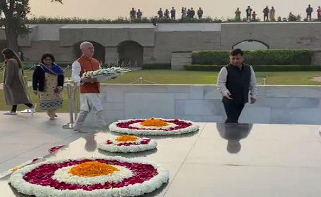 भारत दौरे पर आए दुनिया के सबसे धनी शख्स जेफ बेजोस, महात्मा गांधी को राजघाट पहुंच किया नमन