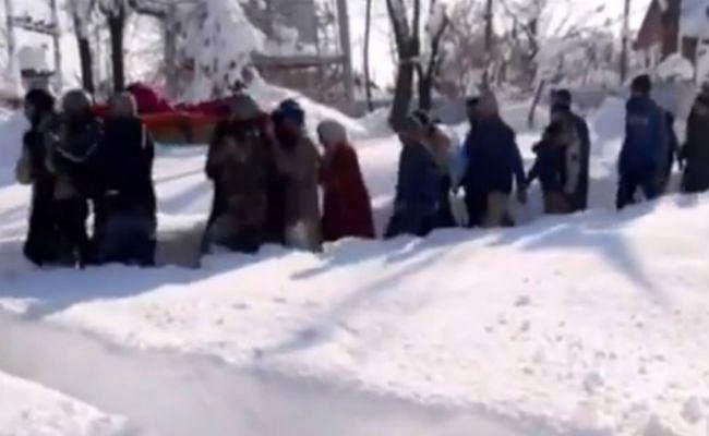 जम्मू-कश्मीर: जवानों ने बर्फबारी के बीच 4 घंटे पैदल चल गर्भवती महिला को पहुंचाया अस्पताल, पीएम मोदी ने की तारीफ