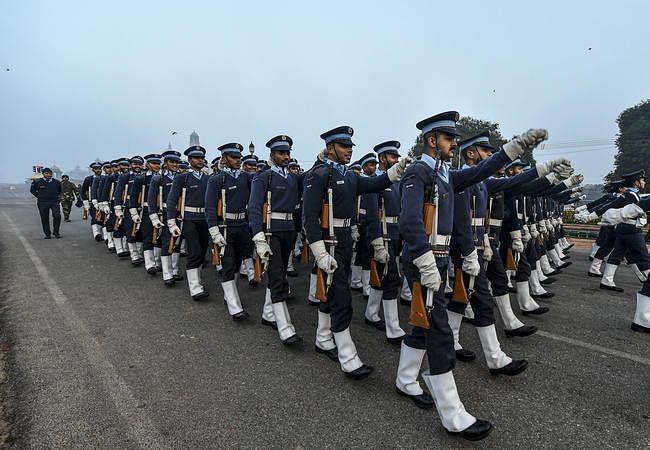 गणतंत्र दिवस 2020: कड़ाके की ठंड के बीच राजपथ पर यूं रिहर्सल में जुटे सेना के जवान