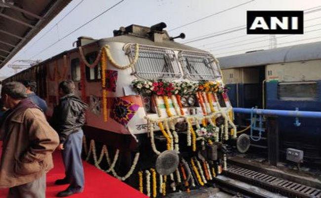 अहमदाबाद-मुंबई तेजस एक्सप्रेस रवाना हुई, एक घंटे से अधिक की देरी हुई तो मिलेगा मुआवजा