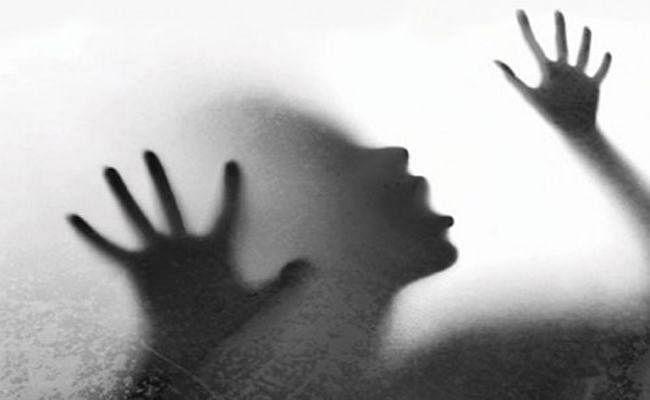 20 साल के युवक ने सिपाही की 40 वर्षीय पत्नी के साथ किया 6 माह तक दुष्कर्म
