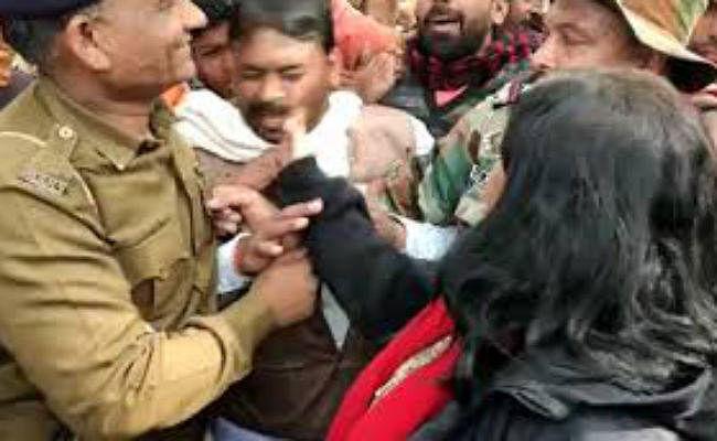 VIDEO: CAA के समर्थन में रैली करने वालों की पिटाई, प्रदर्शनकारियों ने डिप्टी कलेक्टर की खींची चोटी