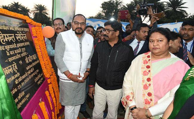 दुमका पहुंचे मुख्यमंत्री हेमंत सोरेन, कहा- गणतंत्र दिवस को संकल्प दिवस के रूप में मनायें