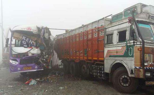 डोमजूर में बस-ट्रक में टक्कर, 15 घायल