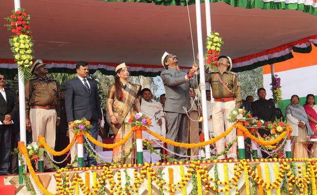 Republic Day: मुख्यमंत्री हेमंत सोरेन ने उपराजधानी दुमका में फहराया तिरंगा