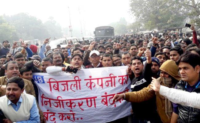 बिजली के निजीकरण के विरोध में इंजीनियर और कर्मियों का प्रदर्शन, पुलिस ने भांजी लाठियां