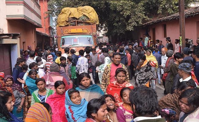 मुंगेर : अनियंत्रित ट्रक ने दो मासूम छात्रों को रौंदा, एक की मौत, एक घायल