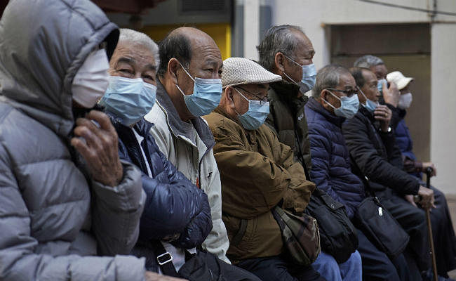 चीन में कोरोना का कहर: मृतकों की संख्या हुई 213, सड़क पर चलते-चलते गिरा युवक, हुई मौत