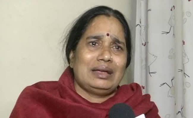 Nirbhaya Case: फांसी टलने पर रो पड़ीं निर्भया की मां, कहा- दोषियों के वकील ने मुझे चुनौती दी कि उन्हें कभी फांसी नहीं होगी