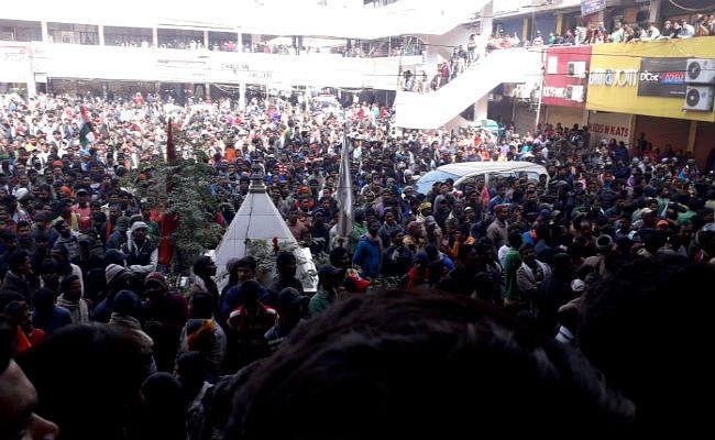 नगर निगम के चतुर्थवर्गीय कर्मियों ने मौर्यालोक पर किया प्रदर्शन, चौक-चौराहों पर फेंके कचरे