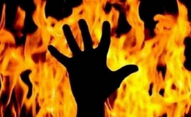 नशे की हालत में पत्नी के शरीर पर किरासन तेल छिड़क कर आग लगा दिया और फिर...