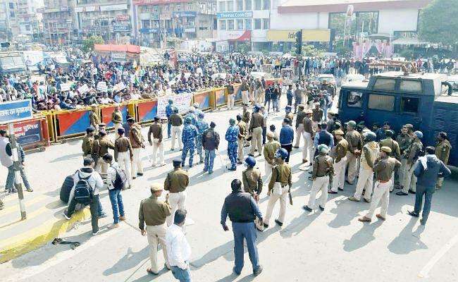 दारोगा बहाली परीक्षा में धांधली को लेकर अभ्यर्थियों का हिंसक प्रदर्शन, पुलिस ने दौड़ा-दौडा कर पीटा, ...देखें वीडियो