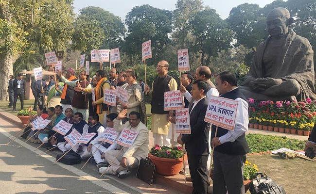 संसद के अंदर और बाहर उठा झारखंड में नरसंहार का मुद्दा, सांसदों ने किया प्रदर्शन