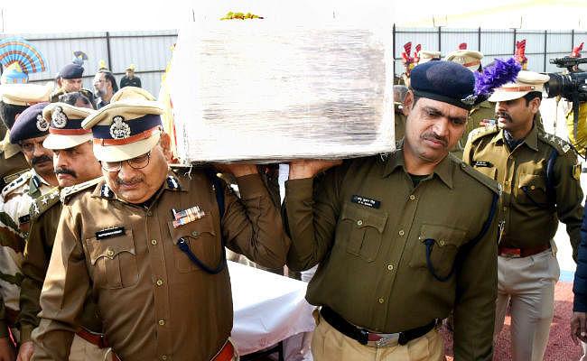 पटना पहुंचा शहीद रमेश का पार्थिव शरीर, डीजीपी ने दिया कंधा, पैतृक गांव में होगा अंतिम संस्कार, ..देखें तस्वीरें