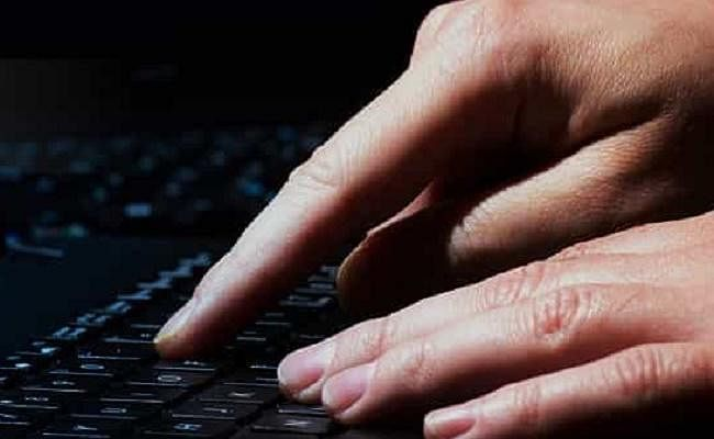 पुलिस अधिकारी का फेसबुक अकाउंट हैक कर किया ये काम, केस दर्ज