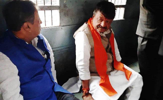 कोलकाता में अभिनंदन रैली निकालते भाजपा नेता कैलाश विजयवर्गीय गिरफ्तार
