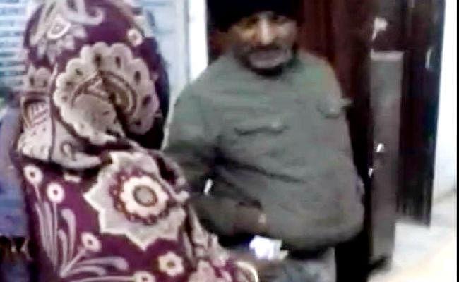 एंबुलेन्स ड्राइवर ने प्रसूता को घर से अस्पताल पहुंचाने के लिए 250 रुपये लिये, वीडियो वायरल