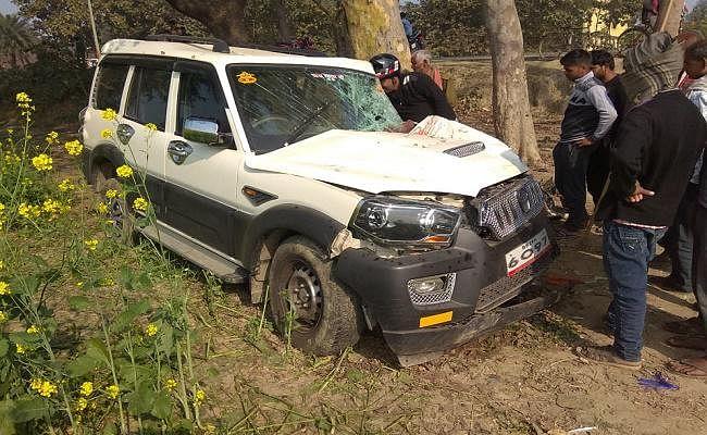 बिहार : सीवान में बरातियों से भरी स्कॉर्पियो पेड़ से टकरायी, एक की मौत, आधा दर्जन युवक घायल