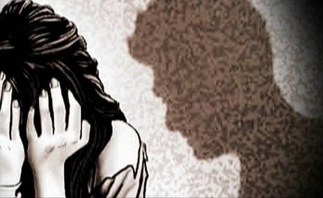 VIDEO वायरल करने की धमकी देकर नाबालिग से बनाता रहा यौन संबंध, पीड़िता ने थाने में दिया आवेदन