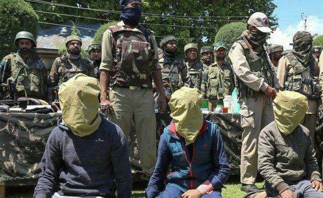 कश्मीर में आतंकवादी संगठनों के तीन संदिग्ध सदस्य गिरफ्तार