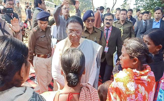 झारखंड की राज्यपाल द्रौपदी मुर्मू ने चाईबासा के बुरूगुलीकेरा में पीड़ित परिवार से की मुलाकात