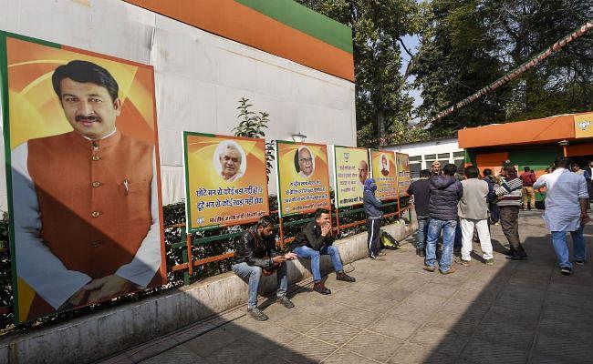 चुनाव के नतीजे के दिन भाजपा कार्यालय में 'हार से हताश न हों'' लगाया गया का पोस्टर
