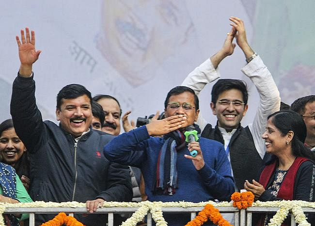 दिल्ली फिर हुई ''आप'' की, कार्यकर्ताओं ने यूं मनाया जश्न