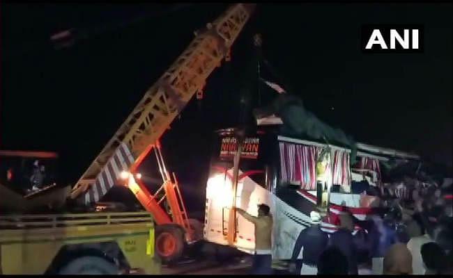 आगरा-लखनऊ एक्सप्रेस वे पर बड़ा हादसा, दिल्ली से बिहार जा रही बस ट्रक में घुसी, 14 की मौत, 31 घायल