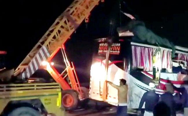 दिल्ली से बिहार आ रही नमस्ते बिहार बस आगरा लखनऊ एक्सप्रेस वे पर दुर्घटनाग्रस्त, 14 लोगों की मौत