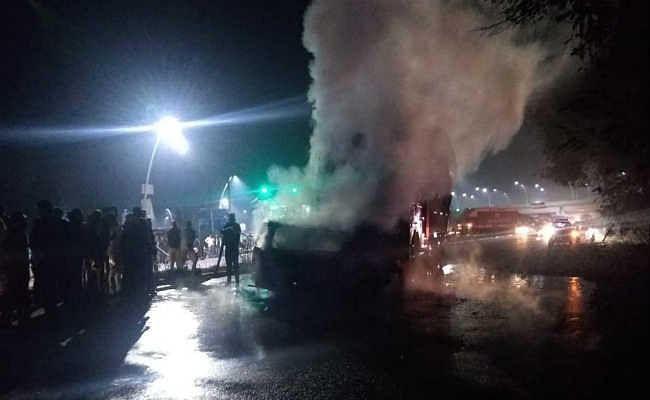आगरा-लखनऊ एक्सप्रेस वे पर दर्दनाक हादसा, ट्रक से टकराकर वैन में लगी आग, 7 लोग जिंदा जले