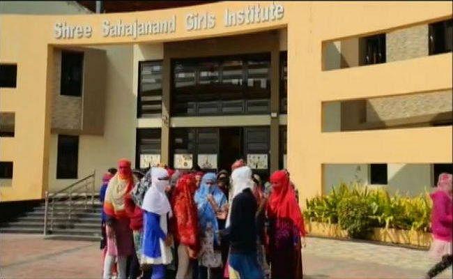पीरियड्स चेक करने के लिए लड़कियों के कपड़े उतरवाने वाली प्रिंसिपल की छुट्टी